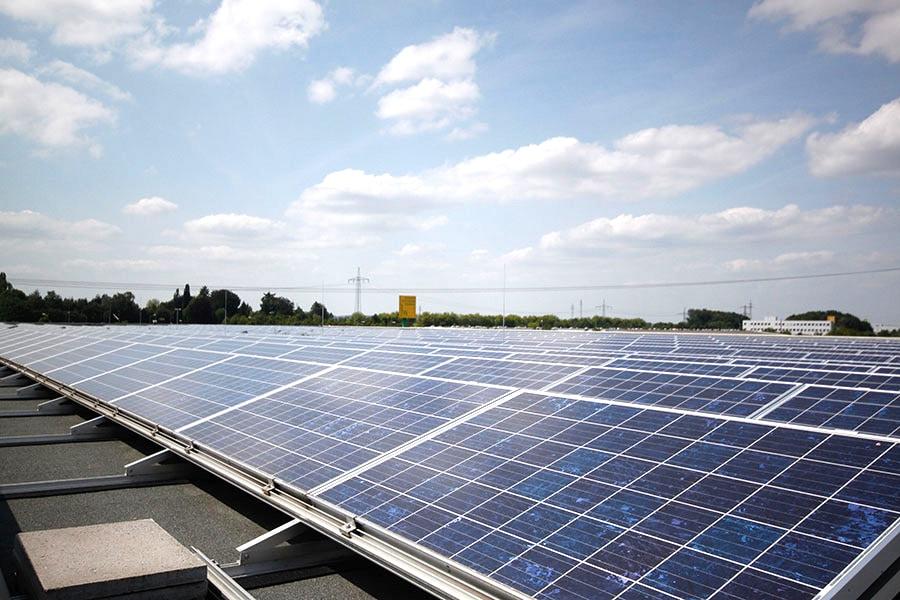 Photovoltaikanlage auf dem Dach der Spedition Domberger