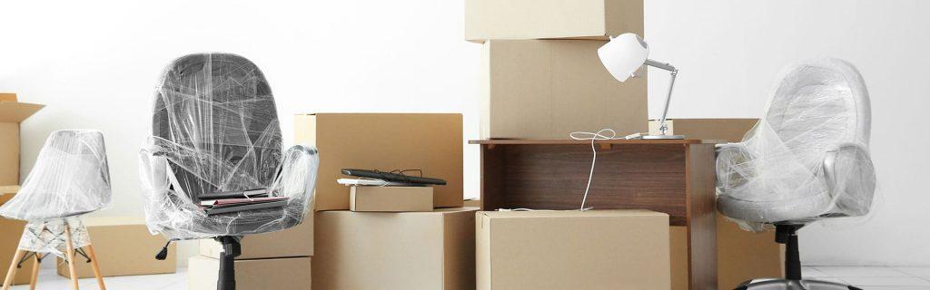 Umzugskartons und verpackte Möbel