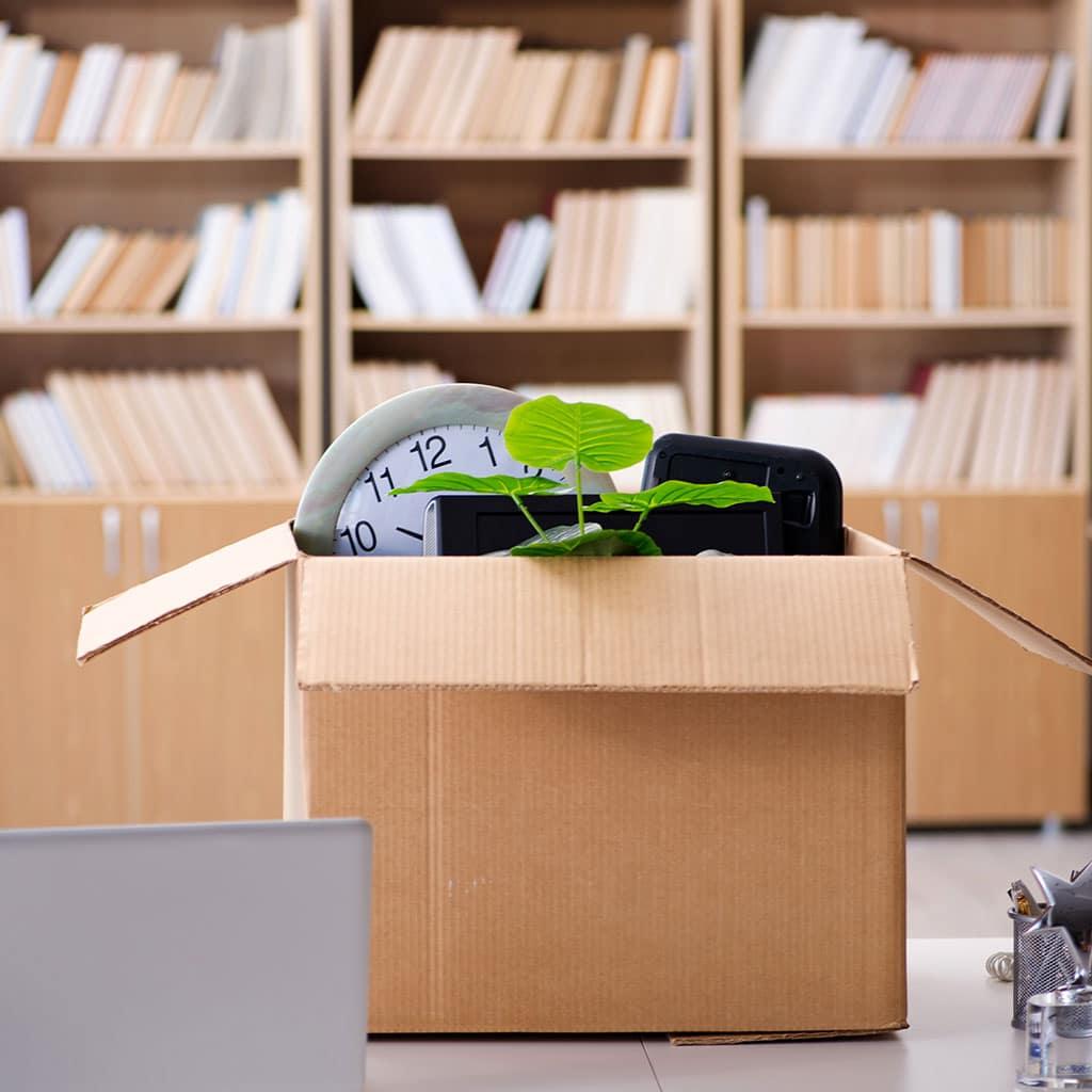 Gepackte Umzugskiste im Büro