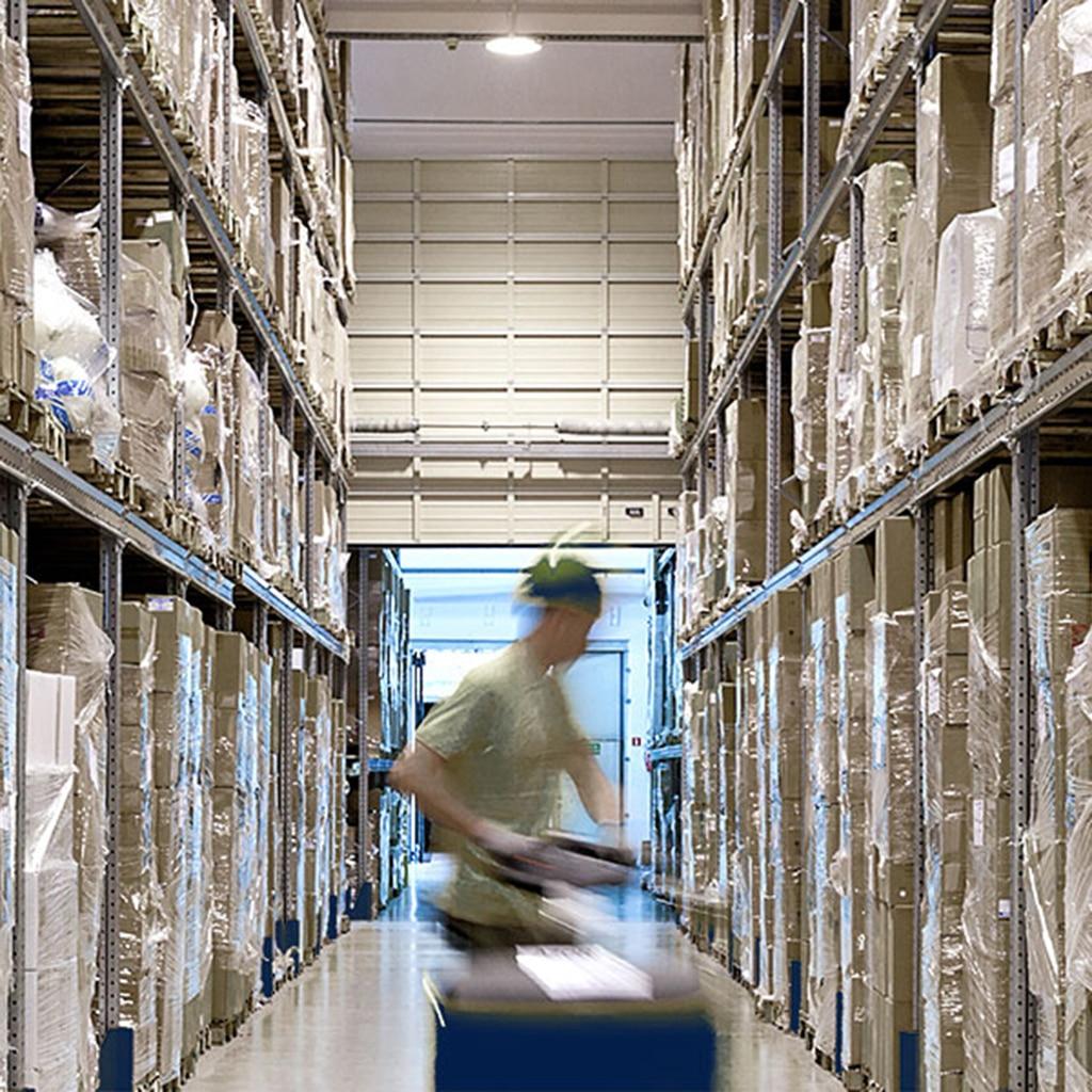 Arbeiter in Logistikzentrum
