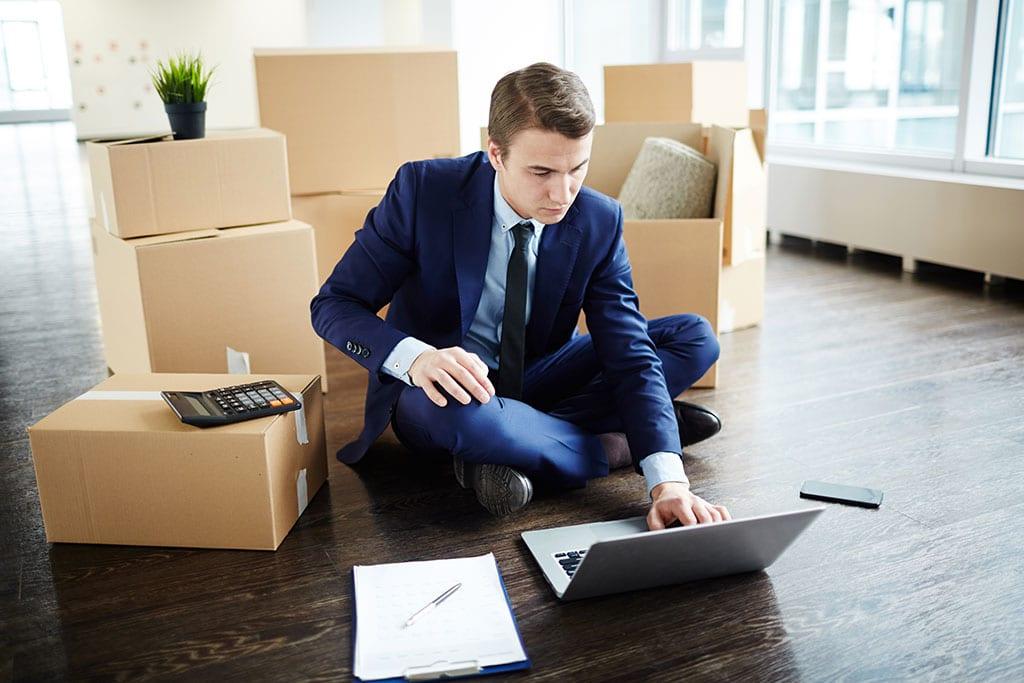 Mann liest Checkliste für Firmenumzug mit Spedition Domberger