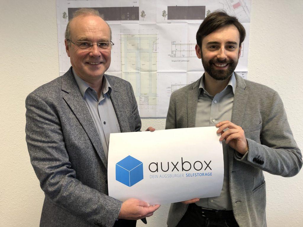 Carl und Christoph Domberger mit auxbox Logo