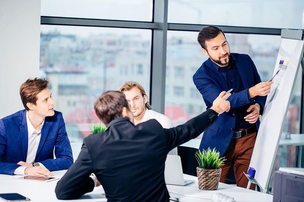 Motivierte Mitarbeiter bei Firmenumzug